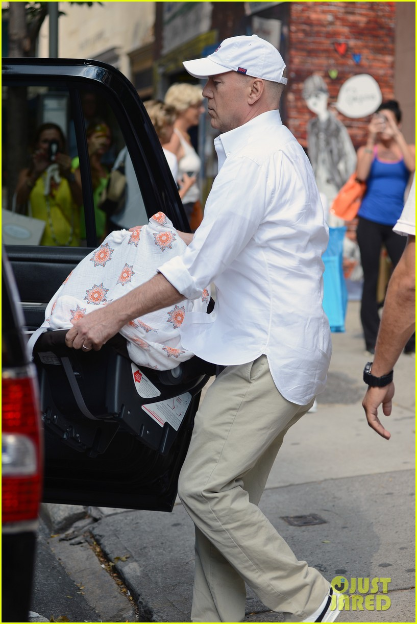 bruce willis emma heming shopping with baby mabel 05