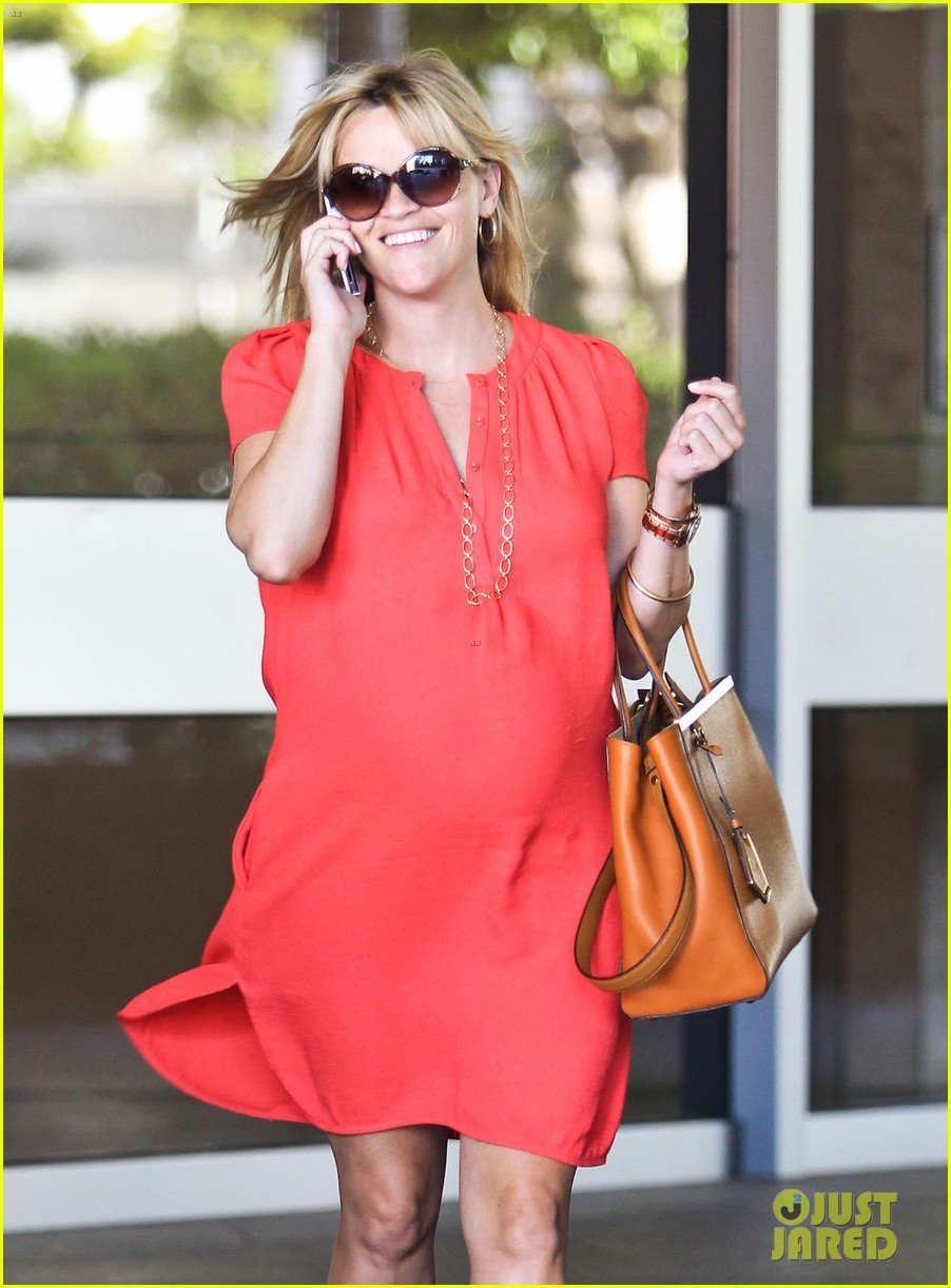 reese witherspoon red dress baby bump 13