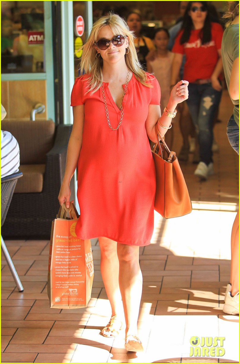 reese witherspoon red dress baby bump 29