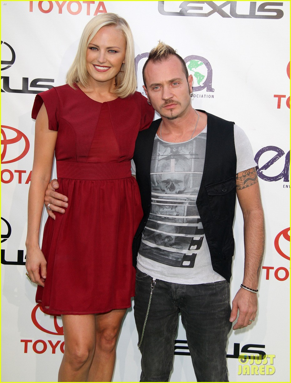 malin akerman reveals tiny baby bump at emas 02