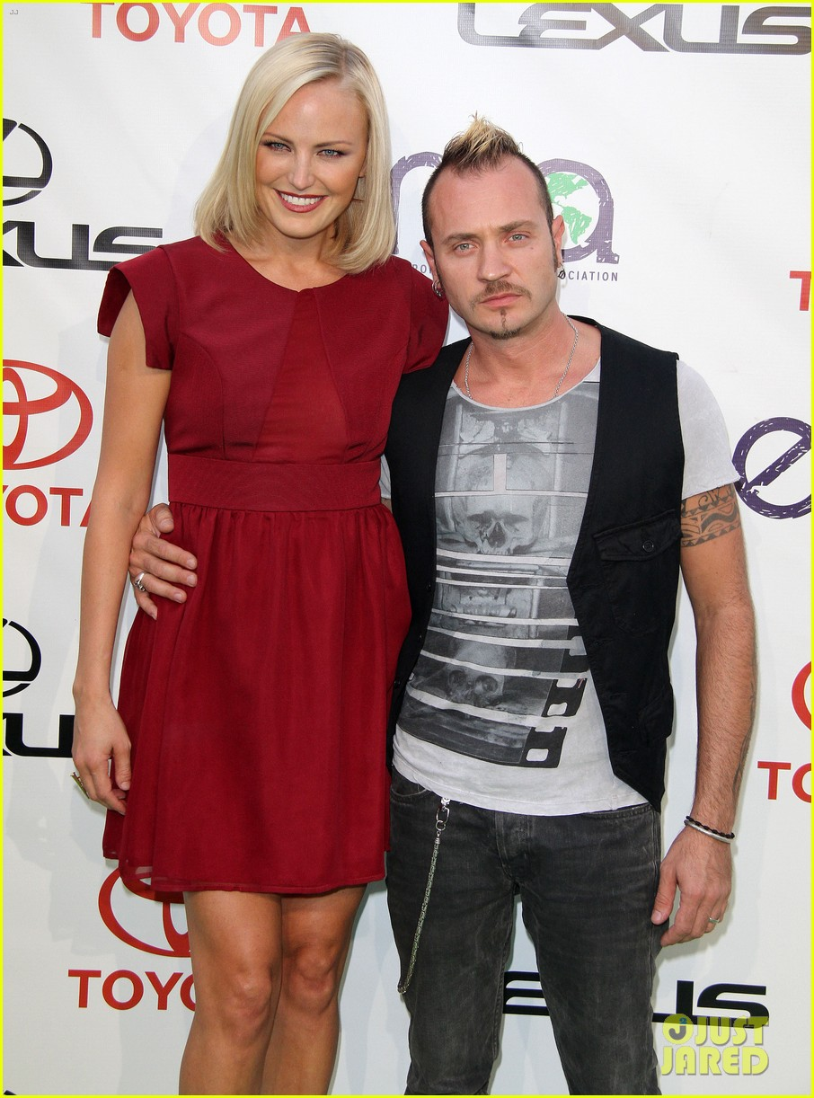 malin akerman reveals tiny baby bump at emas 12