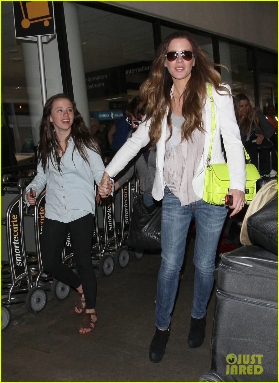 kate beckinsale arrives lax family 03