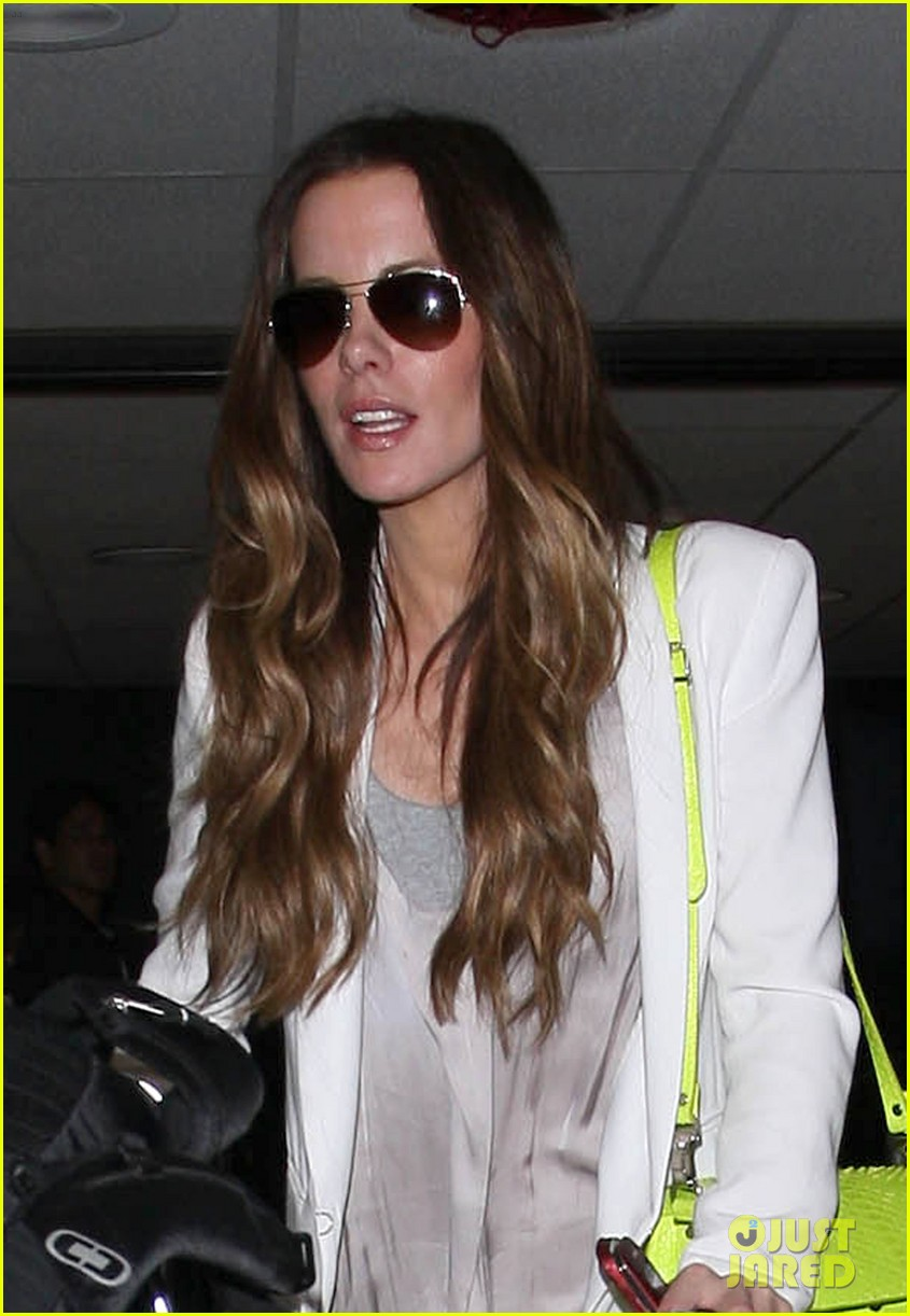 kate beckinsale arrives lax family 07