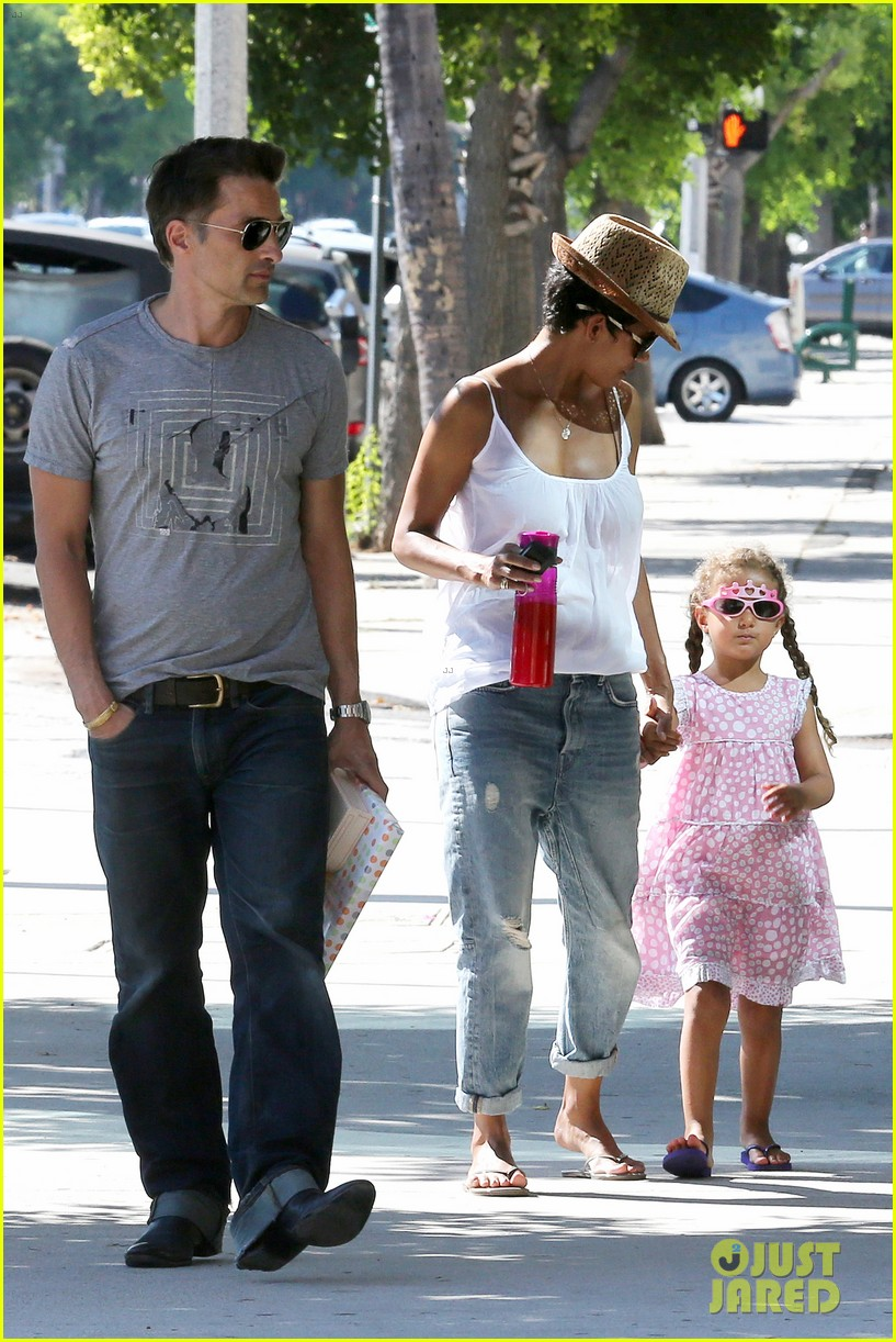 halle berry olivier martinez karate birthday party with nahla 02