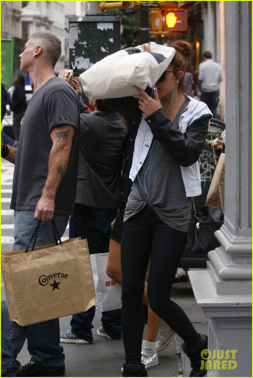 amanda bynes hides her face in new york city 05