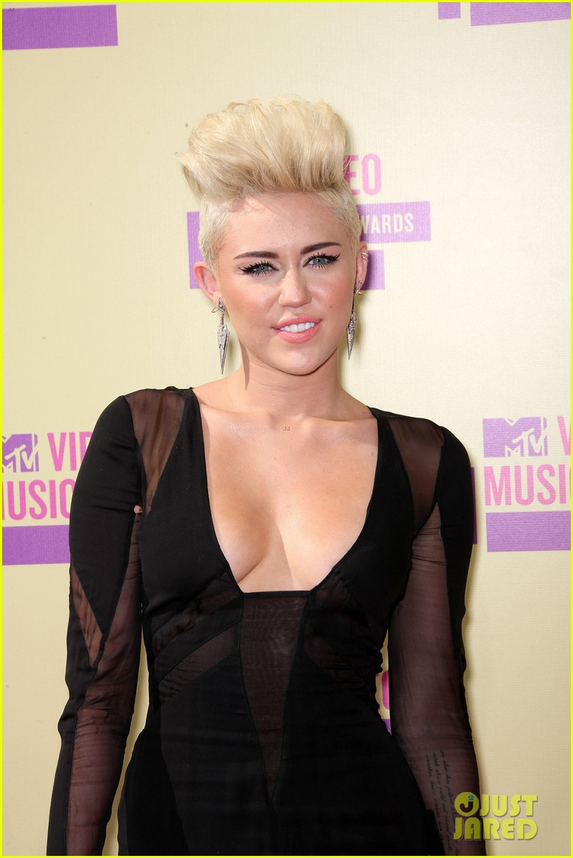 miley cyrus mtv vmas red carpet 042715593