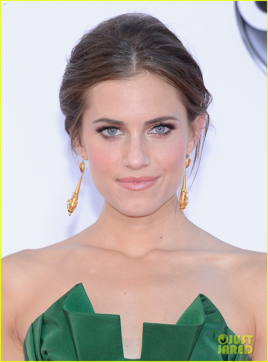 lena dunham allison williams emmys 2012 red carpet 042727251