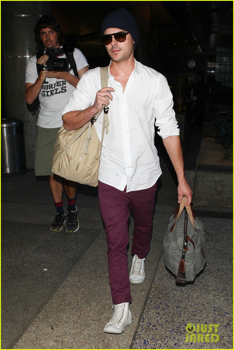 zac efron arrives home from venice 05