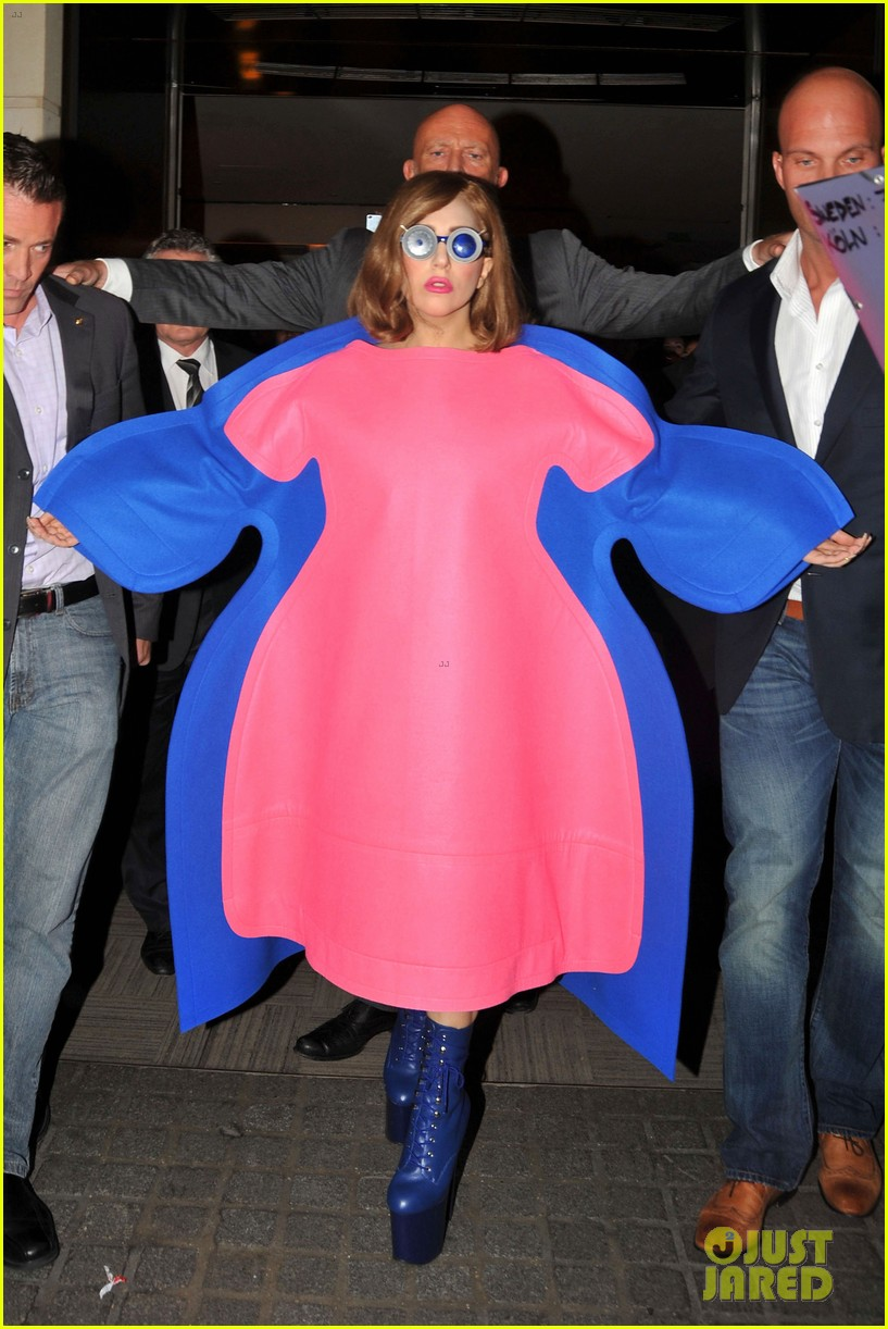 lady gaga pink blue dress in france 01