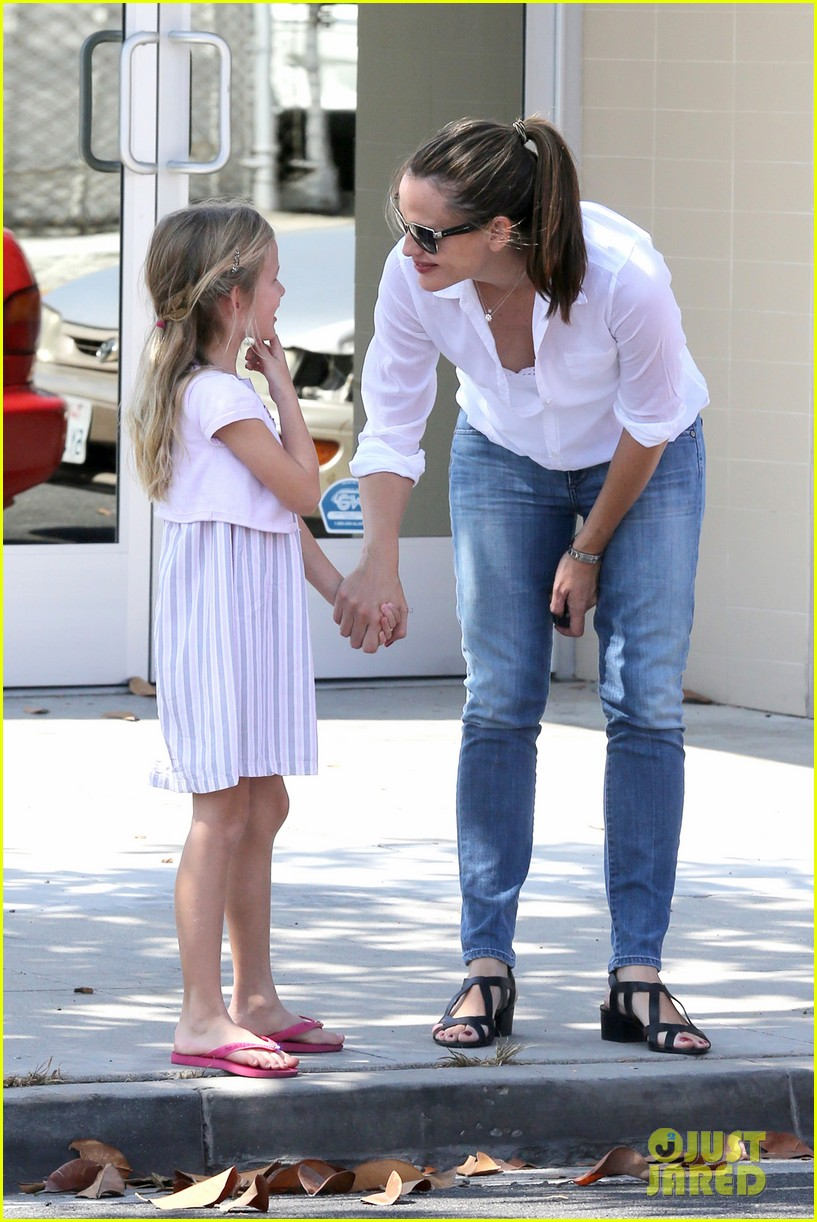 jennifer garner kisses for violet 05