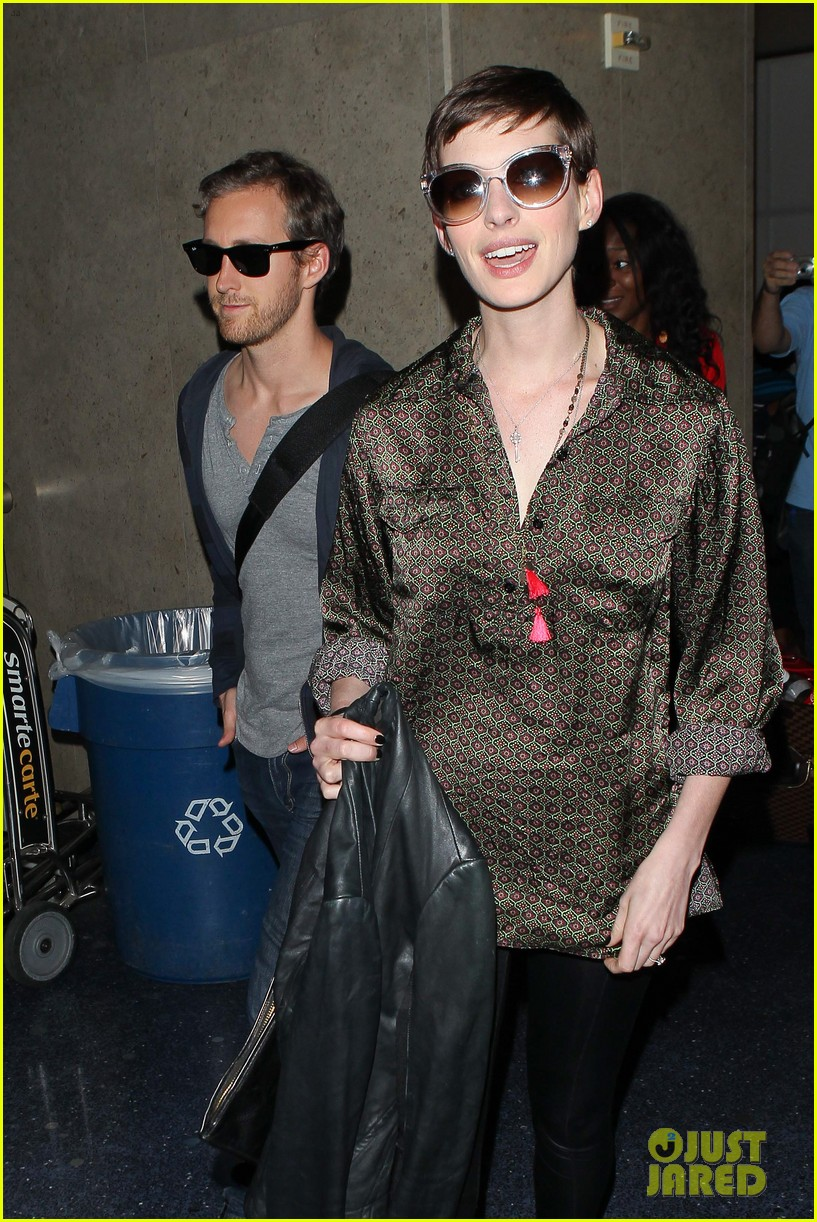 anne hathaway lax arrival with adam shulman 02