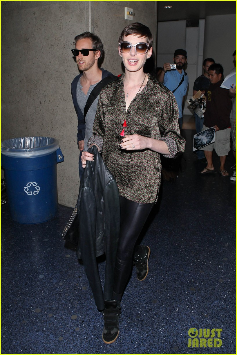 anne hathaway lax arrival with adam shulman 10