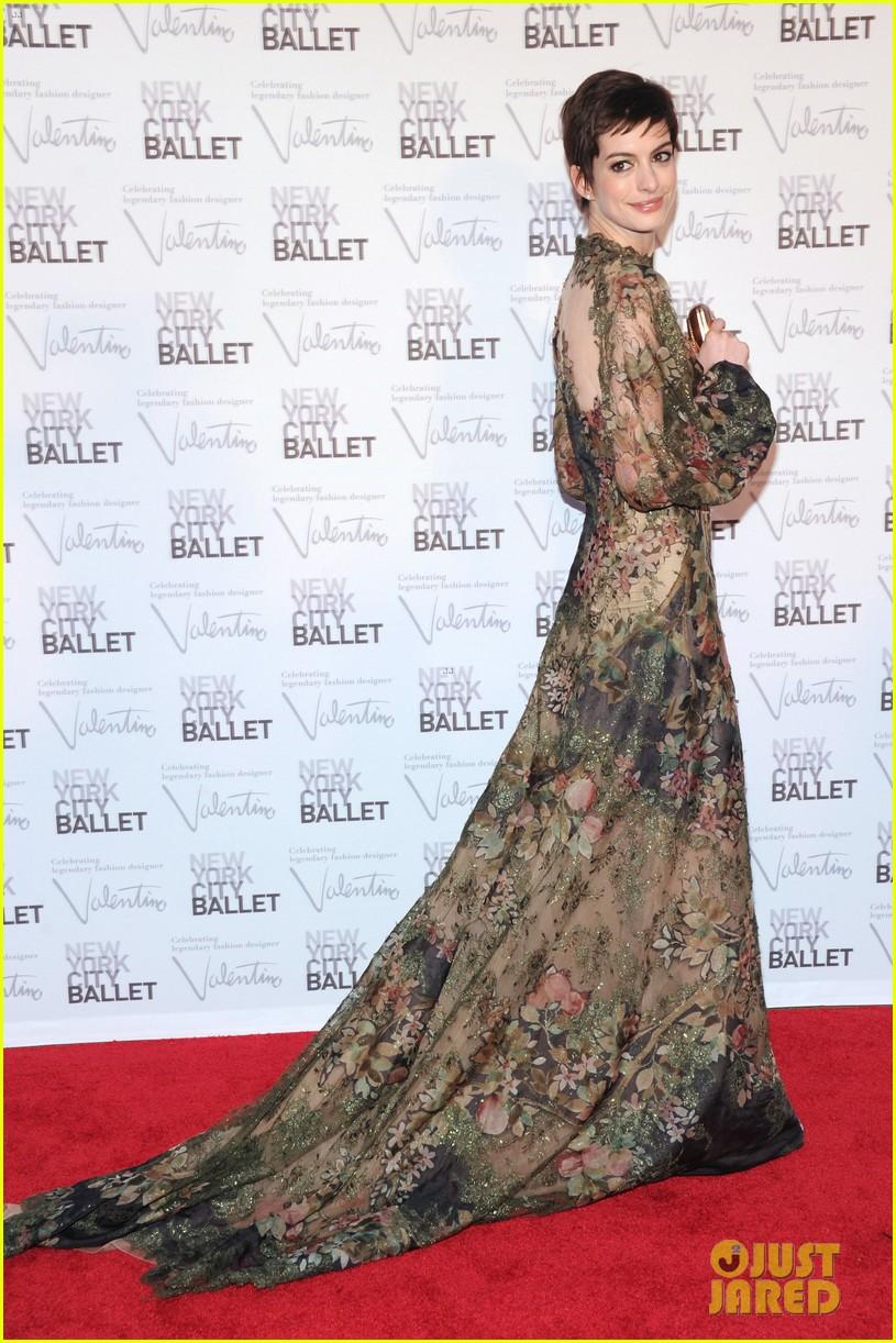 Anne Hathaway Sarah Jessica Parker Nyc Ballet Gala 07