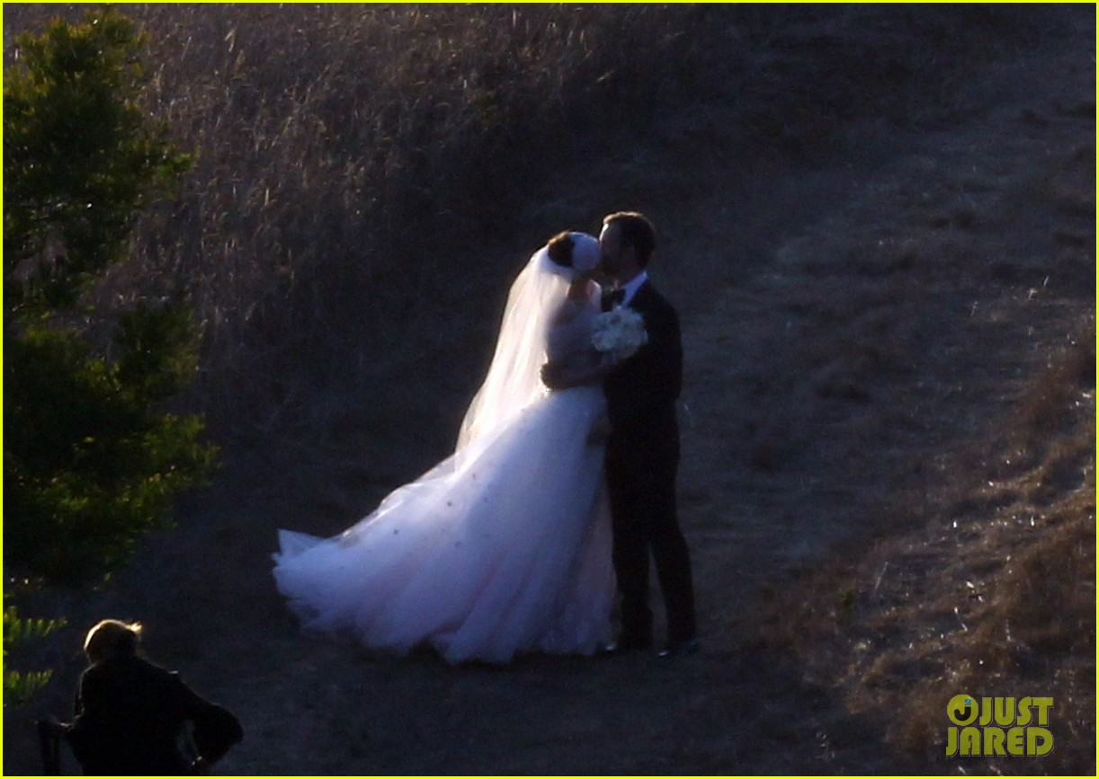 anne hathaway wedding pictures adam shulman 26