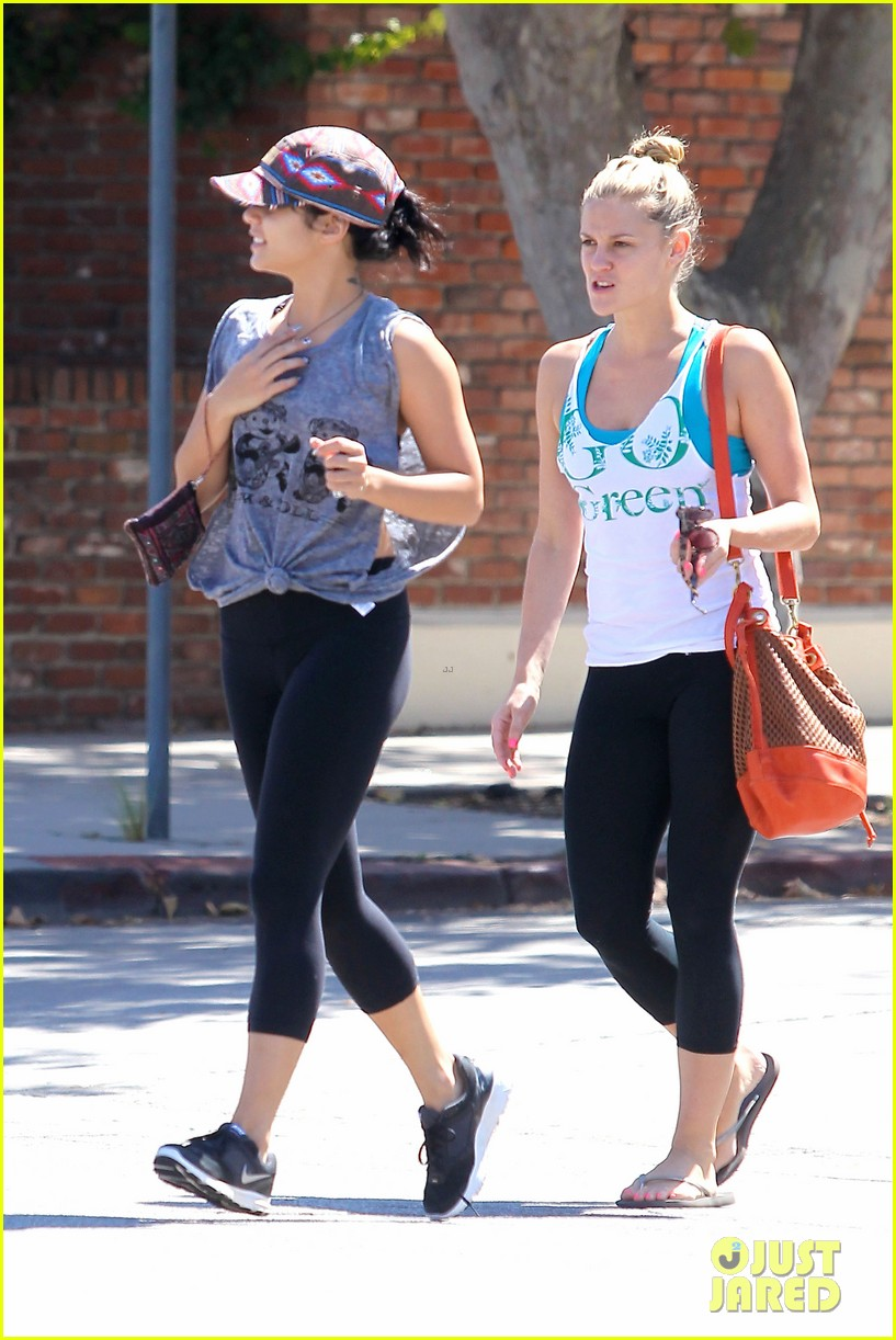 vanessa hudgens austin butler hang out with pals 032723854