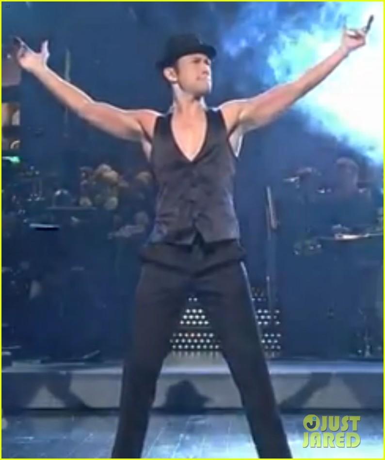 joseph gordon levitt shirtless magic mike dance on snl 02