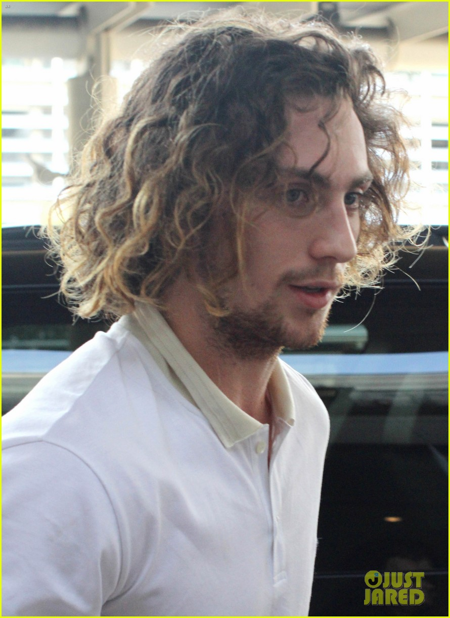 aaron taylor johnson airport with sam wylda rae romy hero 03