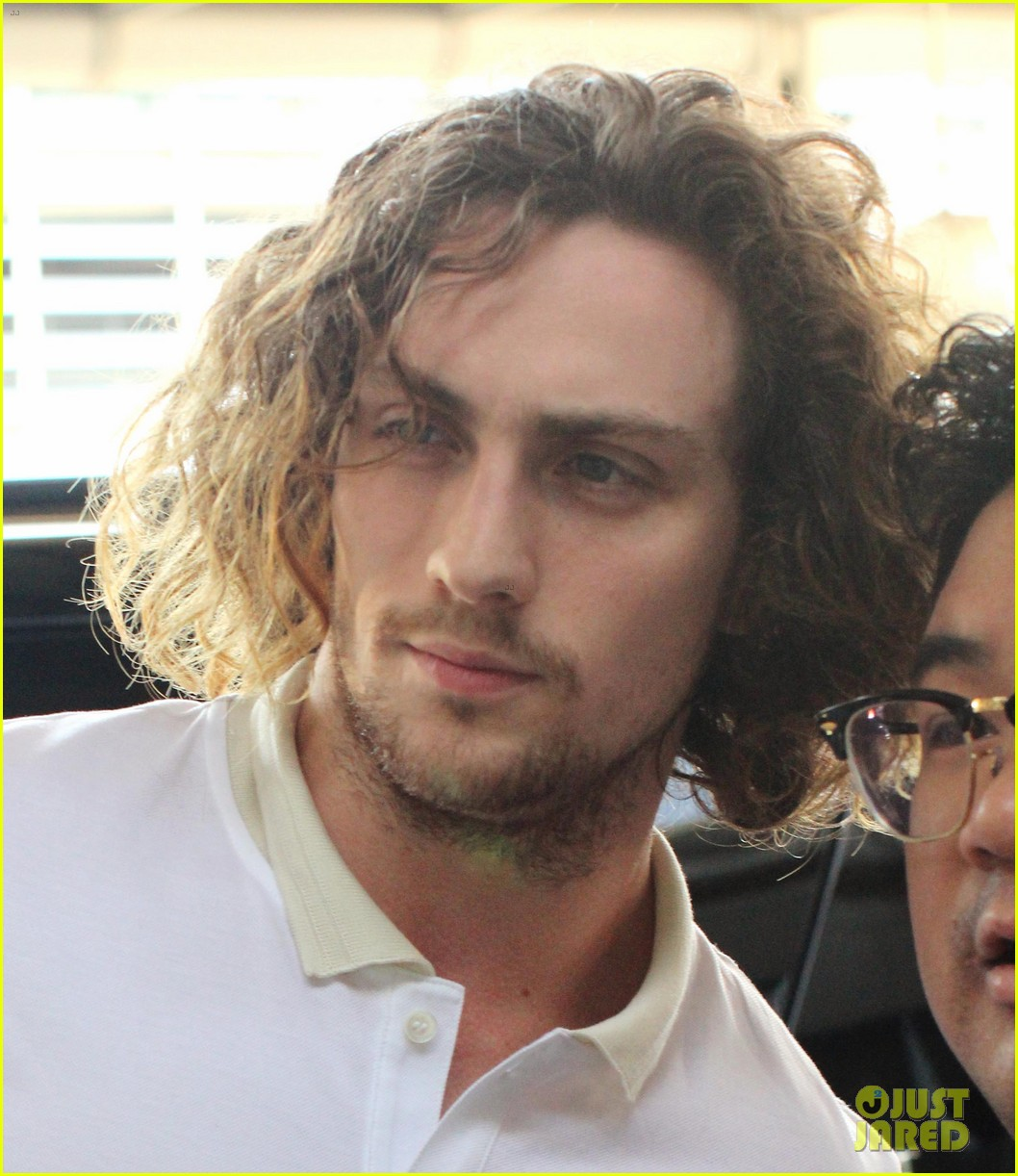 aaron taylor johnson airport with sam wylda rae romy hero 06