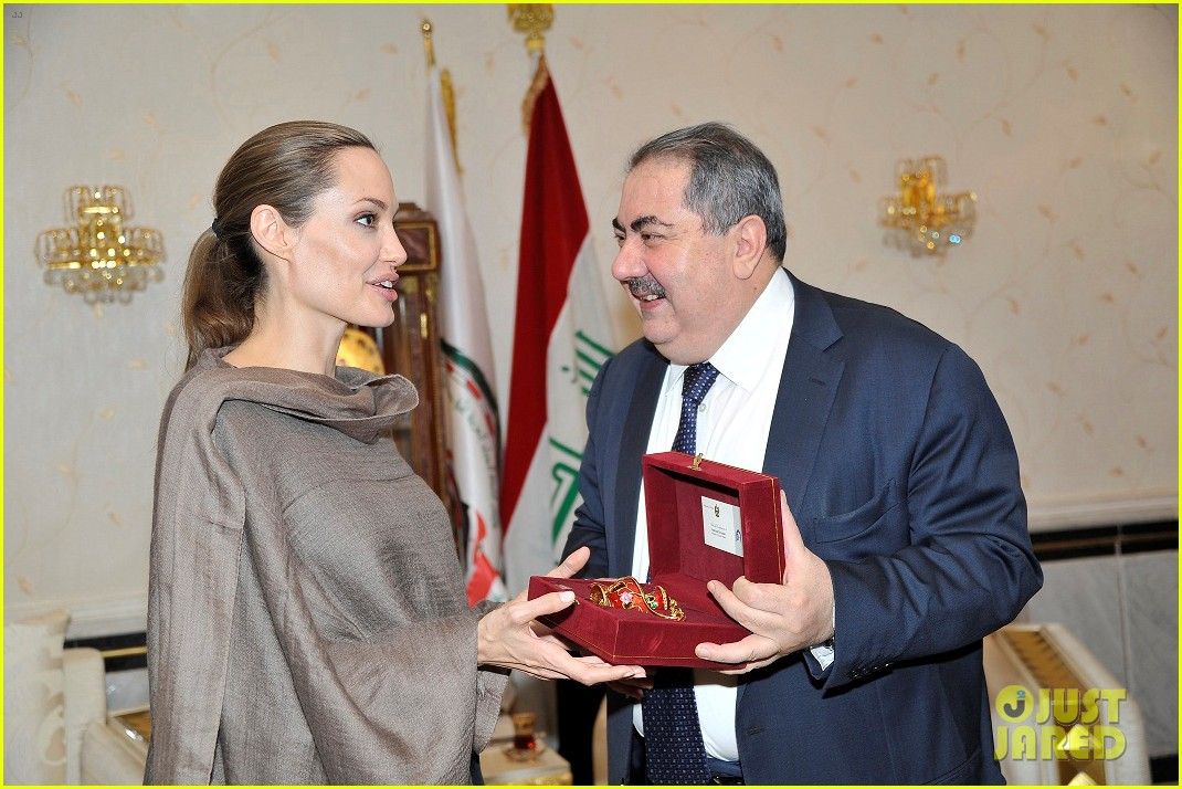 angelina jolie receives gift from iraqi foreign ministry 022722666