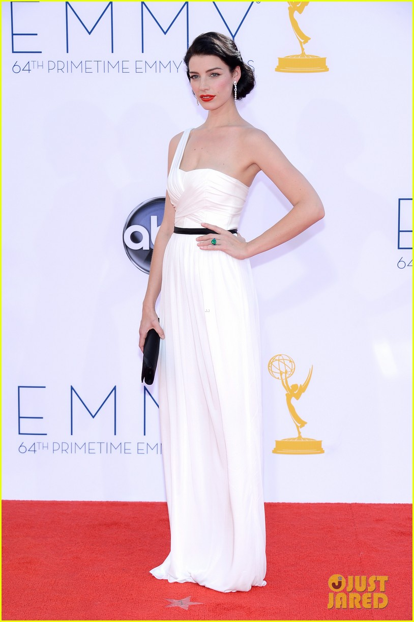 january jones jessica pare emmys 2012 red carpet 03