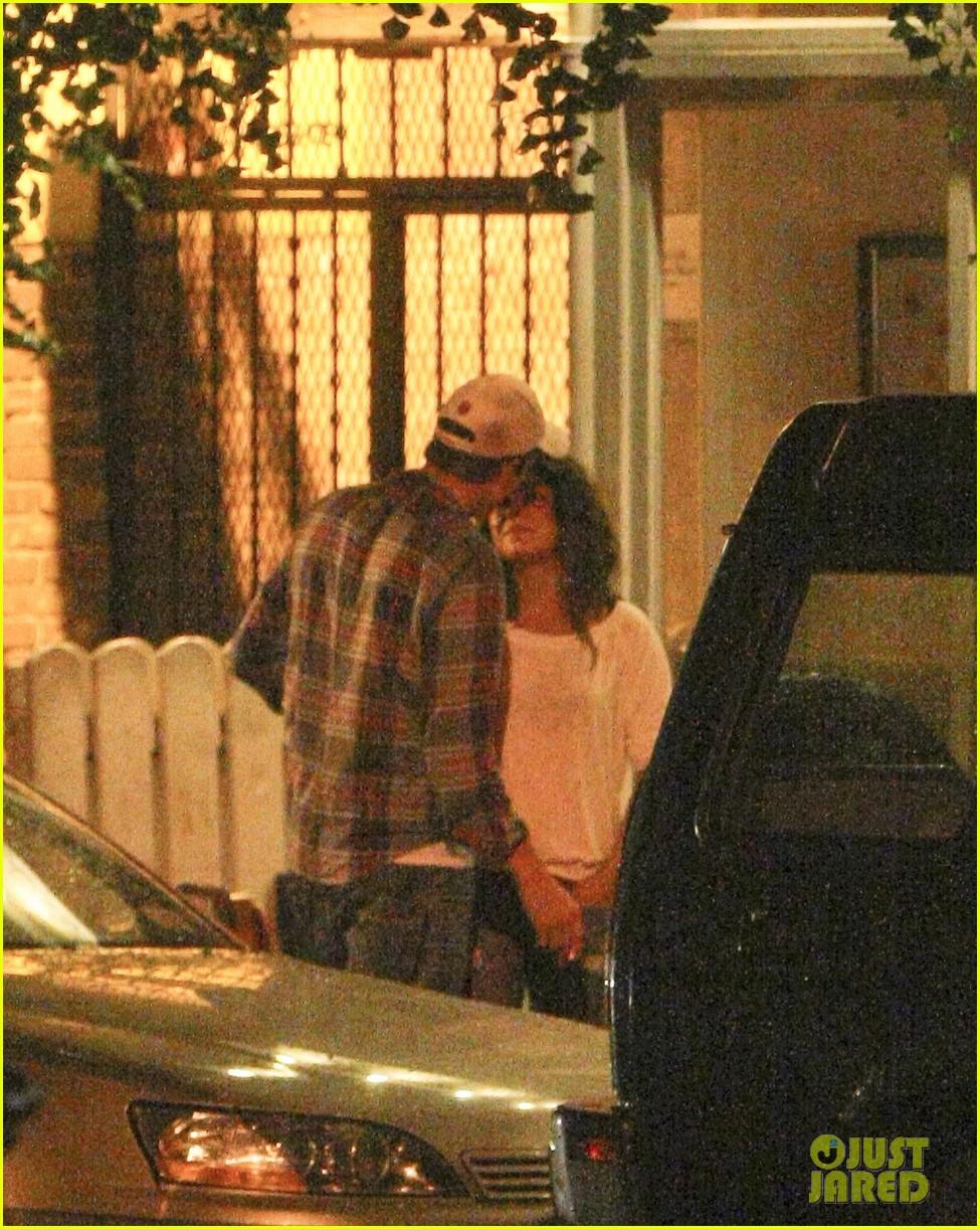 mila kunis ashton kutcher kiss date night 15