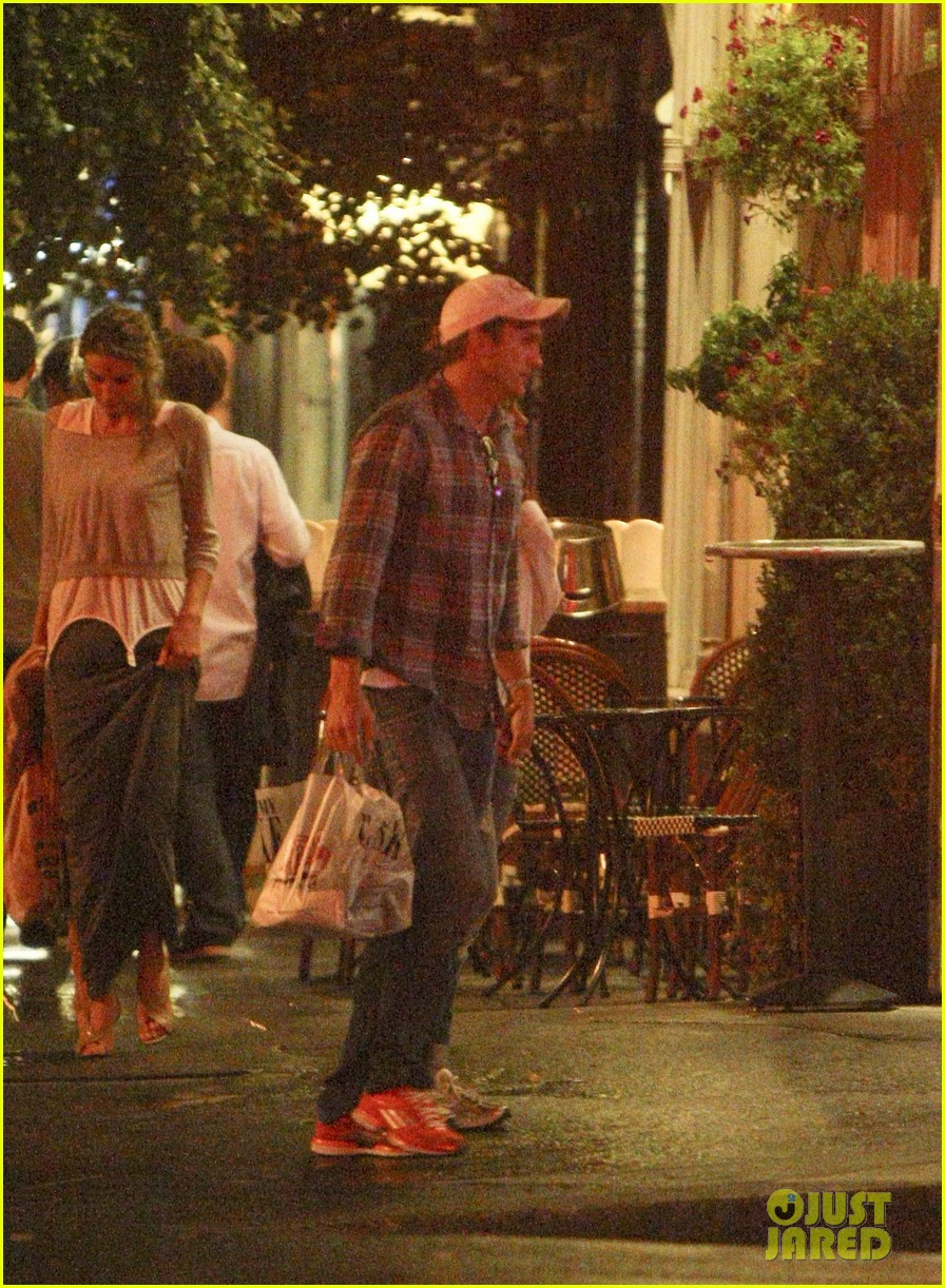mila kunis ashton kutcher kiss date night 23