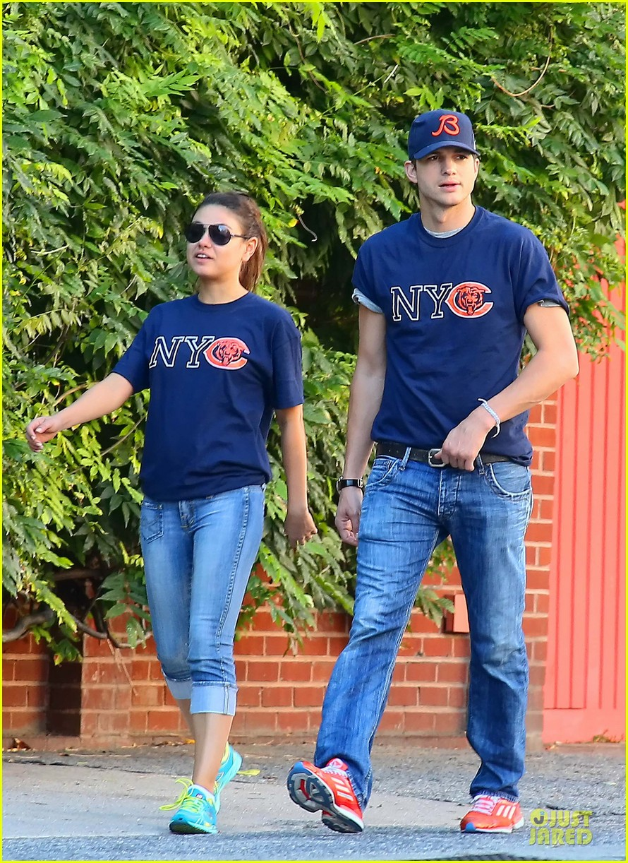 ashton kutcher mila kunis chicago bears couple 02