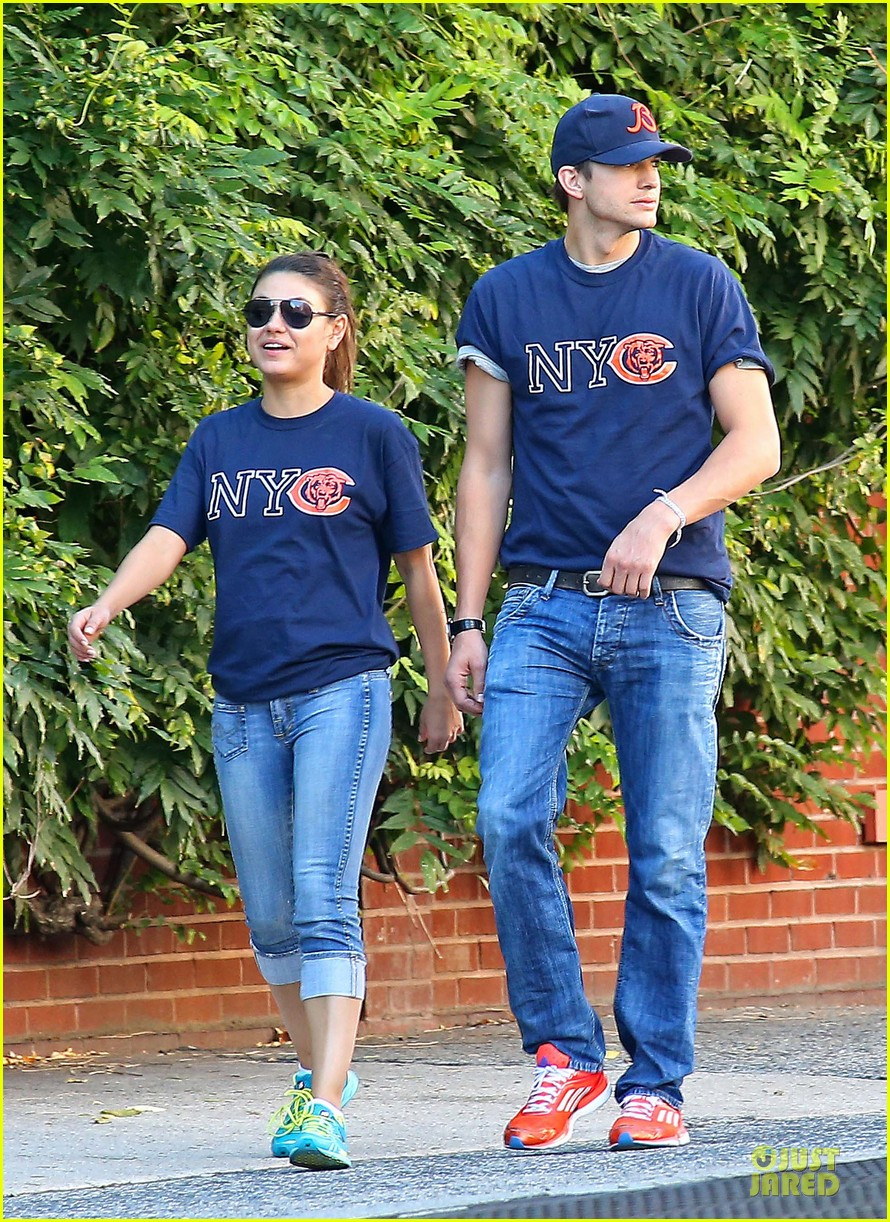 ashton kutcher mila kunis chicago bears couple 102727524