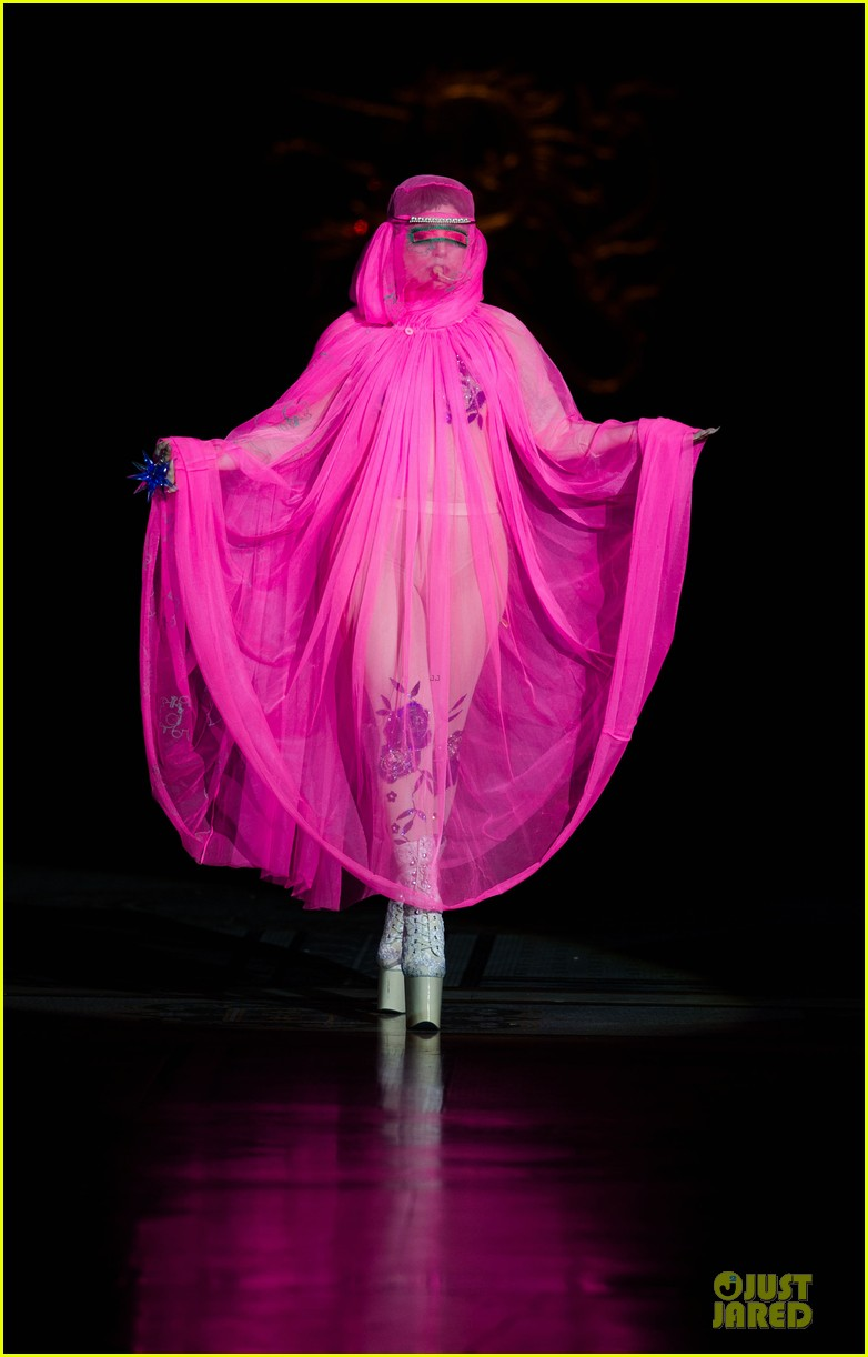 lady gaga philip treacy fashion show new 01