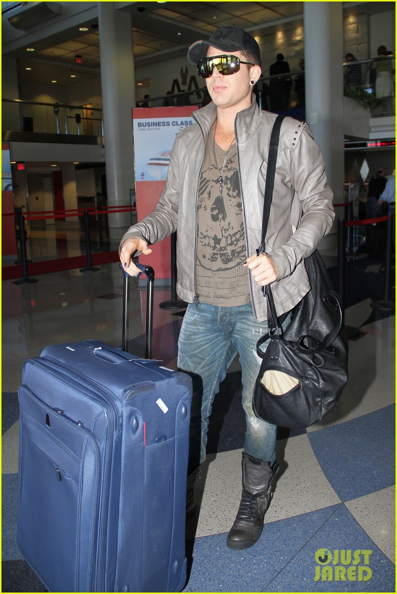adam lambert catches flight 01