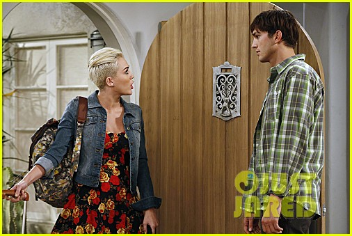 miley cyrus two and a half men stills 092727886