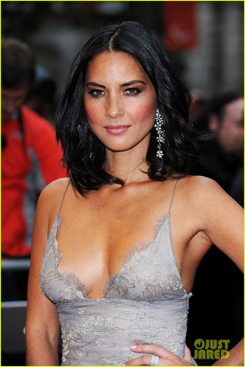 The 37-year old daughter of father Winston Munn and mother Sam Munn, 163 cm tall Olivia Munn in 2017 photo