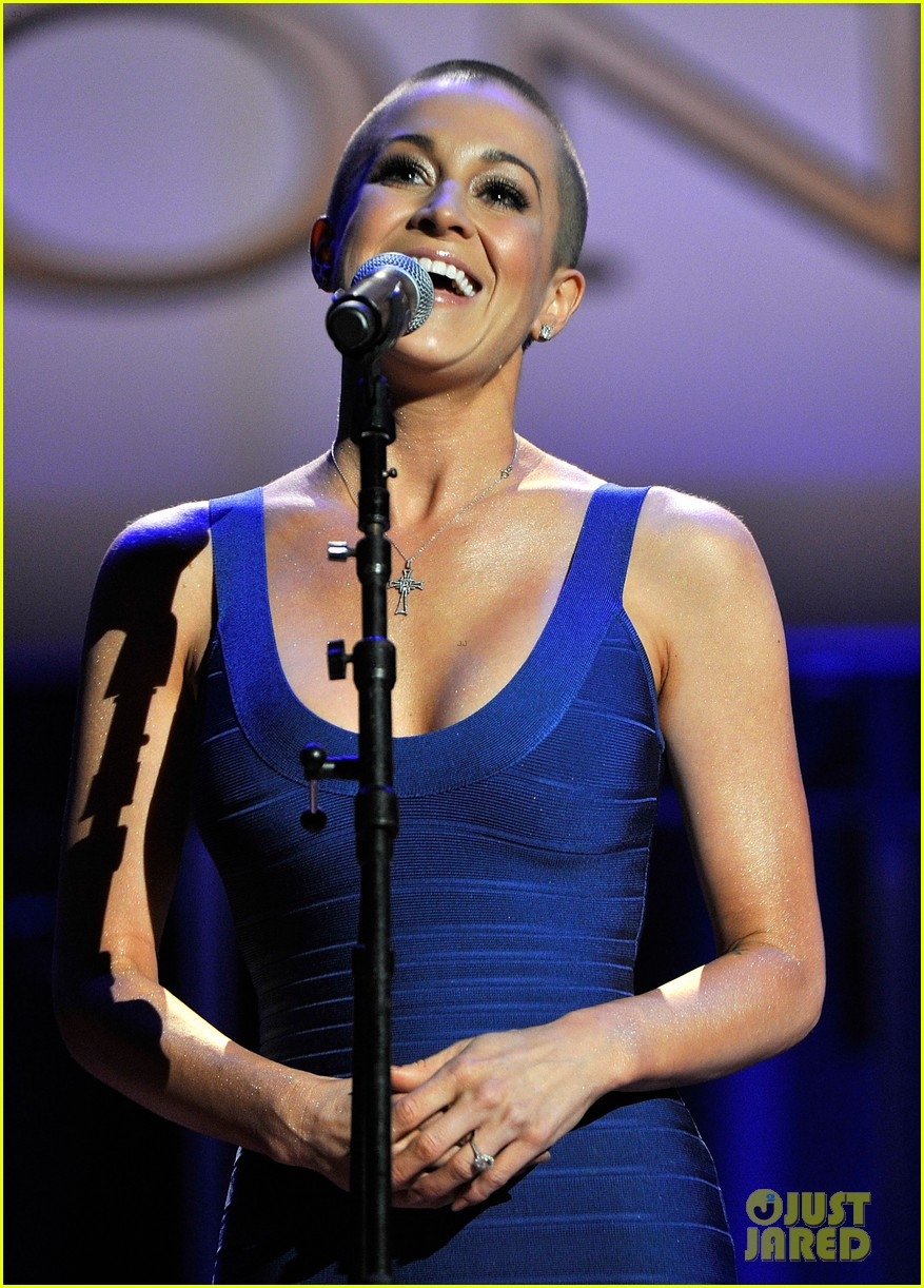 kellie pickler debuts shaved head at acm honors 03