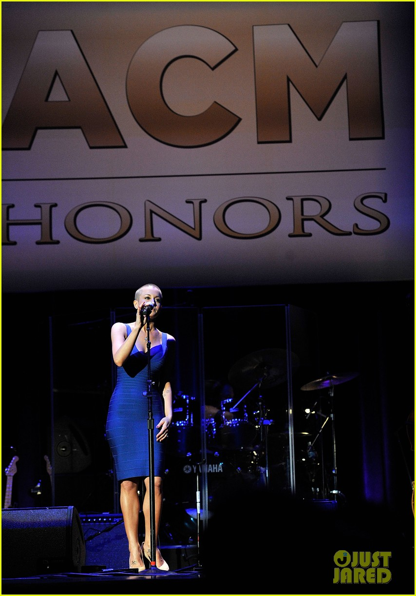 kellie pickler debuts shaved head at acm honors 07