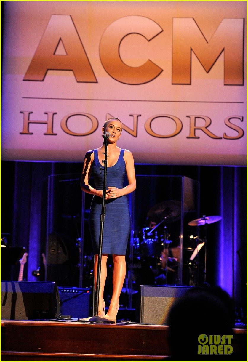 kellie pickler debuts shaved head at acm honors 09