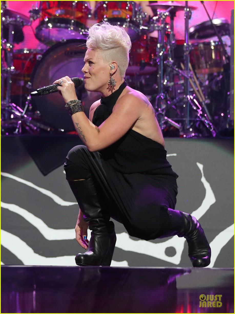 Full Sized Photo of pink gwen stefani abs iheart radio festival ... Gwen Stefani