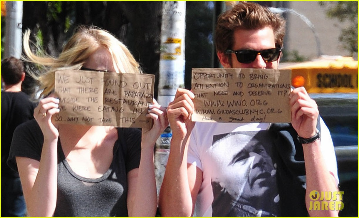 emma stone andrew garfield promote charities with handmade signs 04