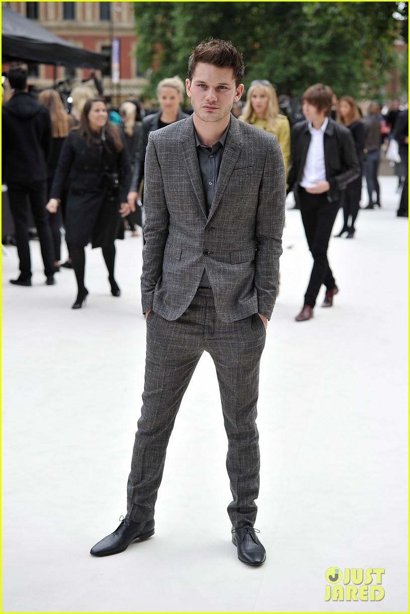 dita von teese jeremy irvine burberry fashion show in london 01