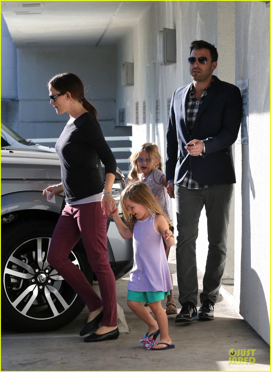 jennifer garner ben affleck make cake with the kids 01
