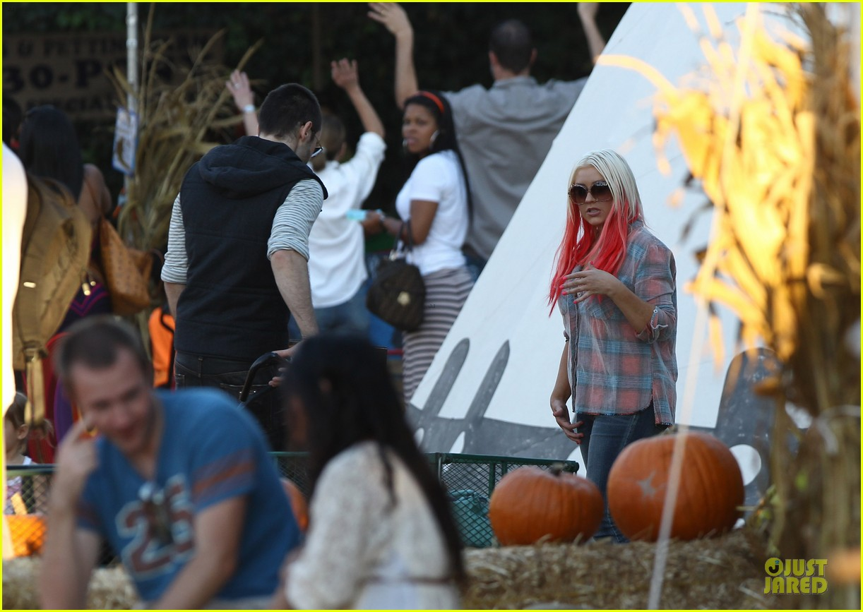christina aguilera matthew rutler mr bones pumpkin patch with max 042738272