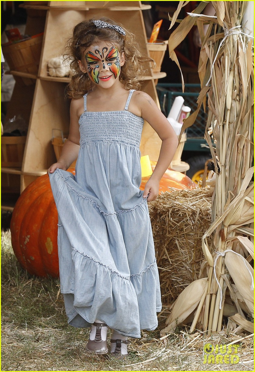 jessica alba cash warren pumpkin patch with the girls 02