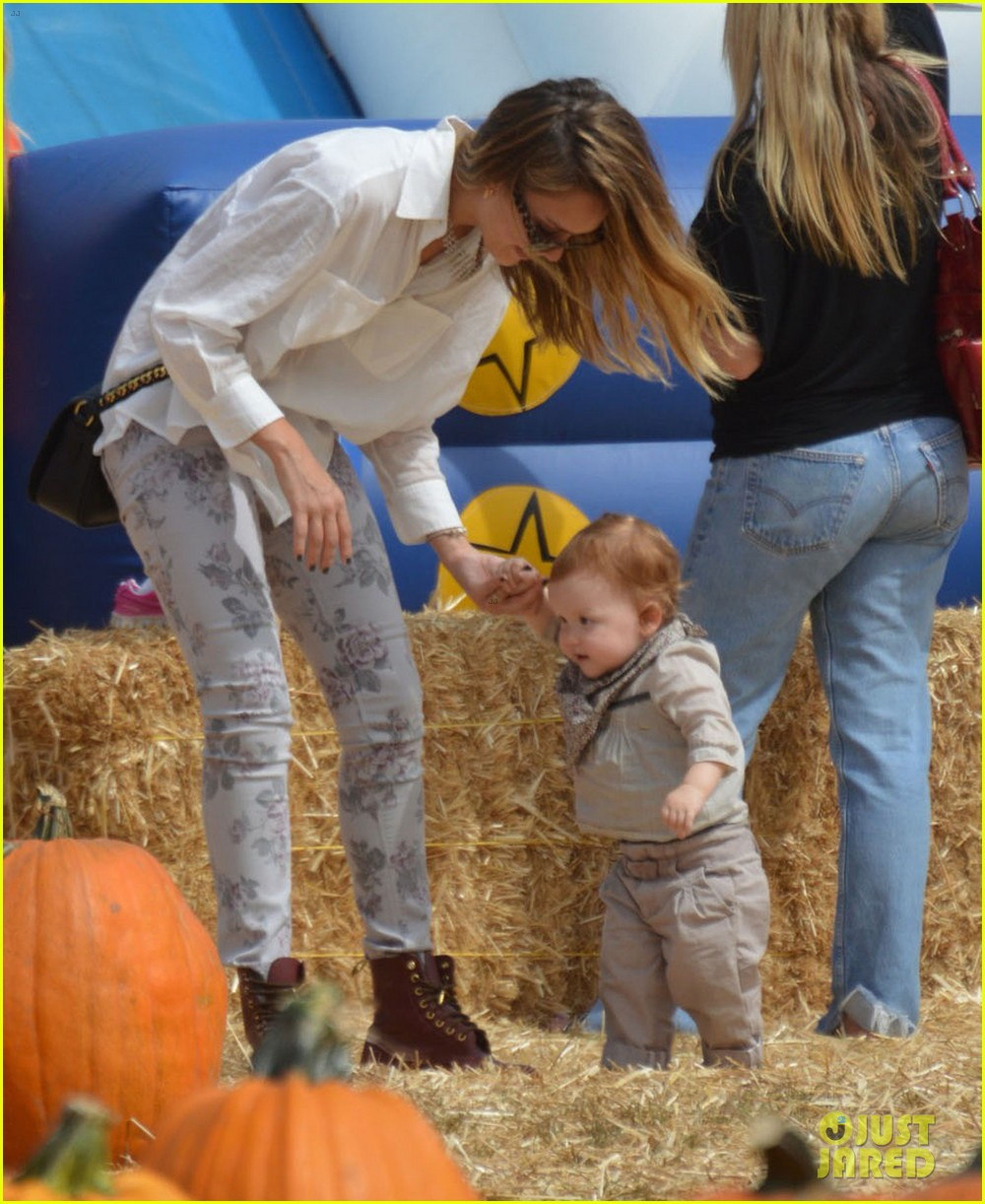 jessica alba cash warren pumpkin patch with the girls 11
