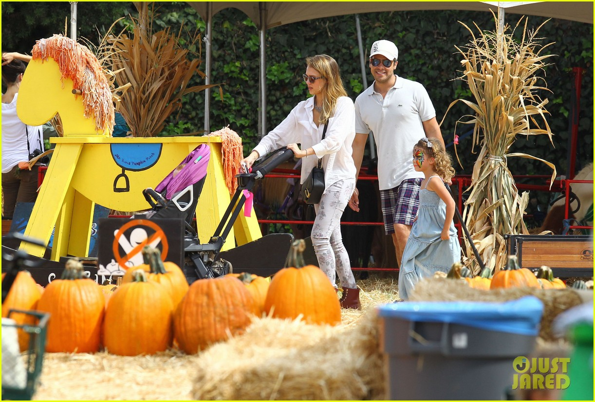 jessica alba cash warren pumpkin patch with the girls 22