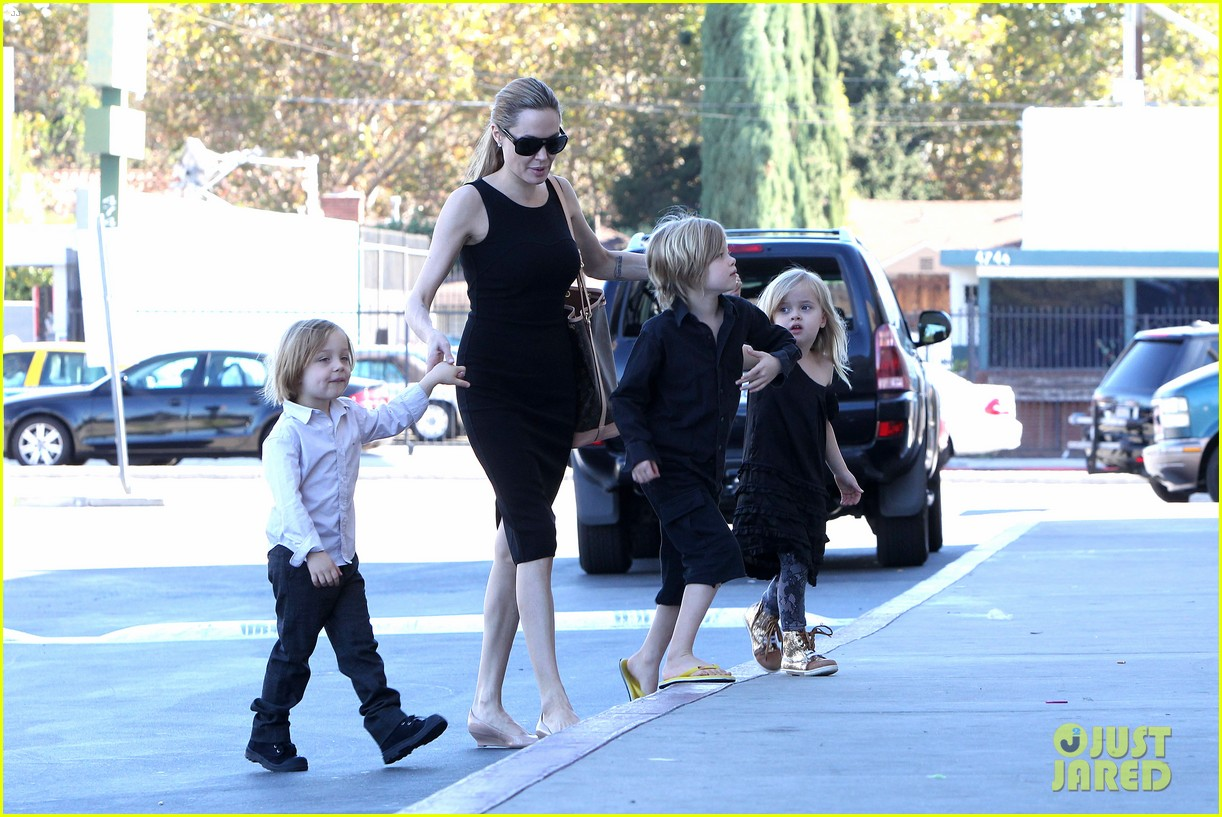 angelina jolie halloween shopping with the kids 09