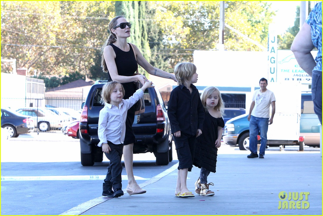 angelina jolie halloween shopping with the kids 10