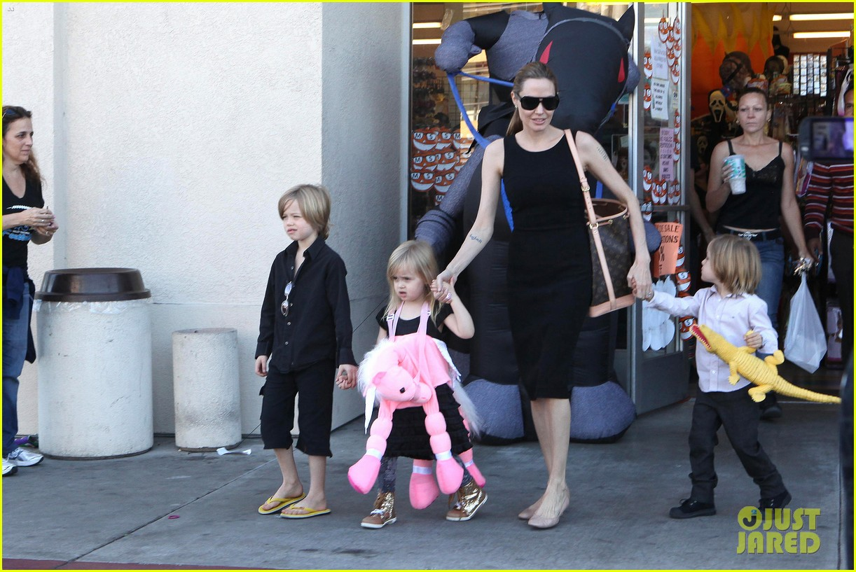 angelina jolie halloween shopping with the kids 22