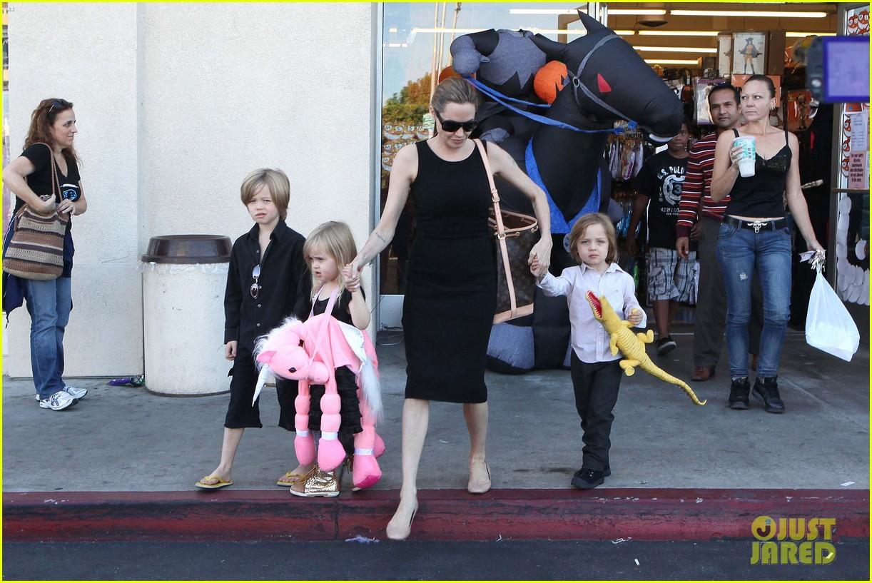 angelina jolie halloween shopping with the kids 32