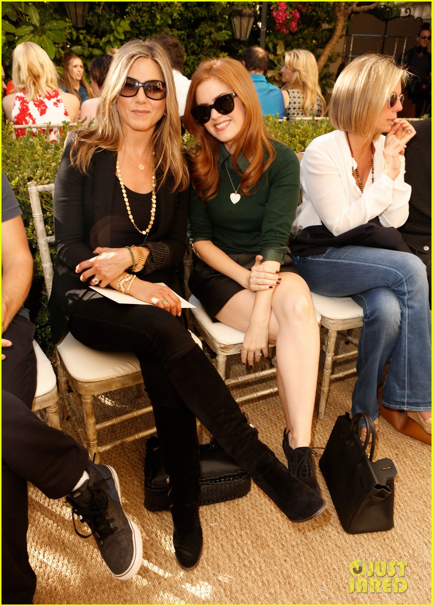 jennifer aniston cfda vogue fashion show with isla fisher 01