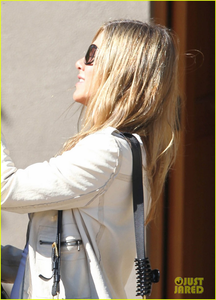jennifer aniston flashes engagement ring with justin theroux 01