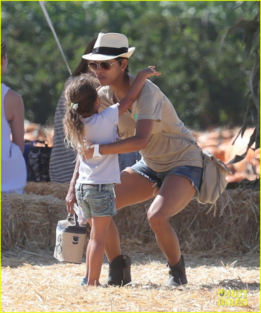 halle berry gabriel aubry pumpkin patch with nahla 04
